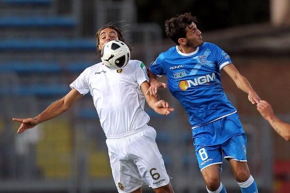 Her ses Riccardo Saponara til højre i en luftduel mod Ternanas, Guidi Di Meo.