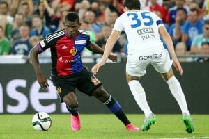 BASEL, SWITZERLAND - AUGUST 05: Breel Embolo of FC Basel (L) plays the ball under pressure from Marcin Kaminski of KKS Lech Poznan during the UEFA Champions League third qualifying round 2nd leg match between FC Basel 1893 and KKS Lech Poznan at St. Jakob-Park on August 5, 2015 in Basel, Switzerland. (Photo by Philipp Schmidli/Getty Images)