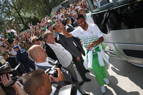 Riyadh Mahrez går ud af spillerbussen