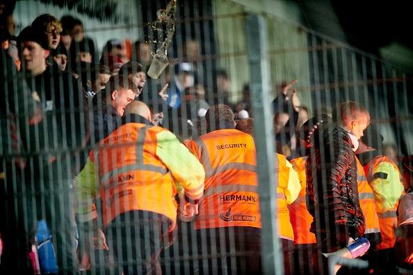 Klamt: Kvindelig kontrollør fik krus med urin ned over sig i Superliga-kamp