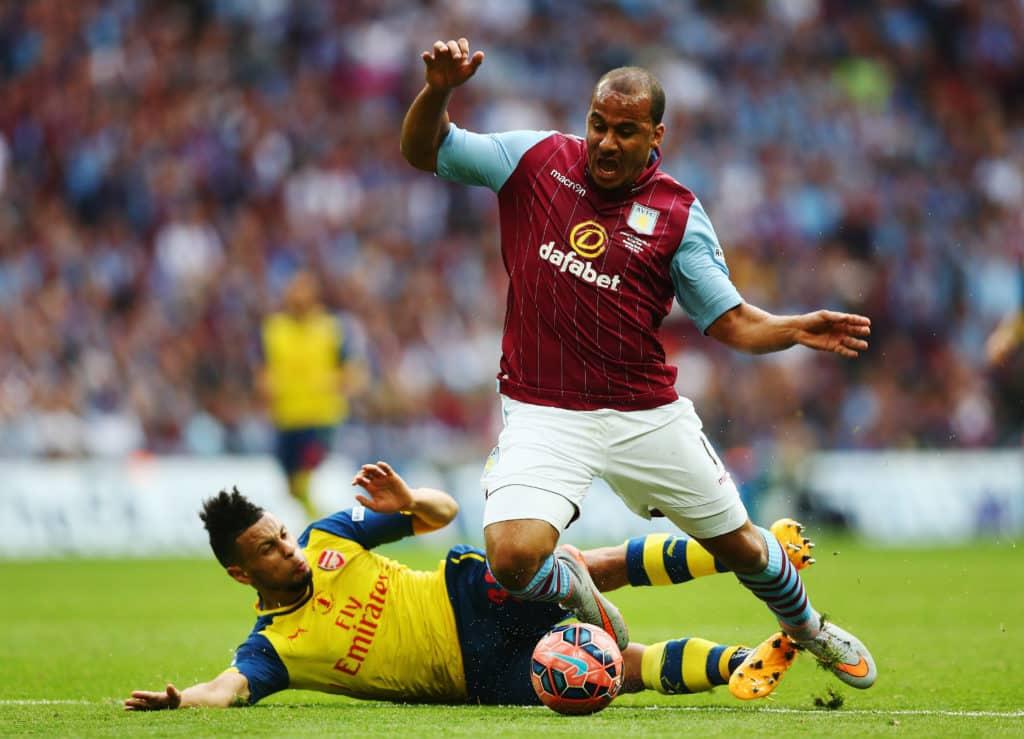 Næsten 400 kampe i Premier League: Engelsk angriber lægger støvlerne på hylden